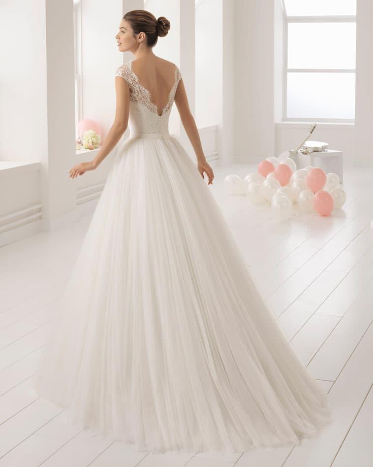 brudekjole med v udskæring på ryg