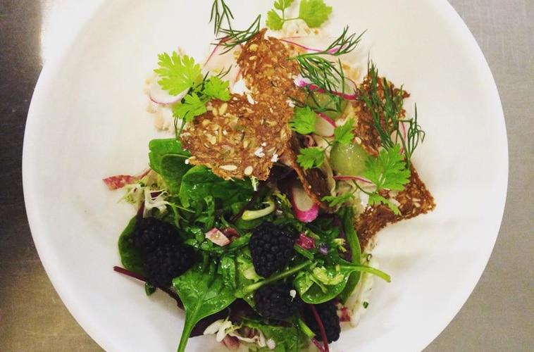 salat med ristet rugbrød og bær