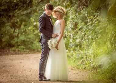 Brudepar i skov