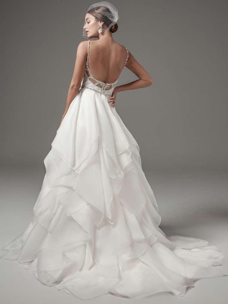brudekjole med asymmetrisk skørt og smalle sten besatte stropper