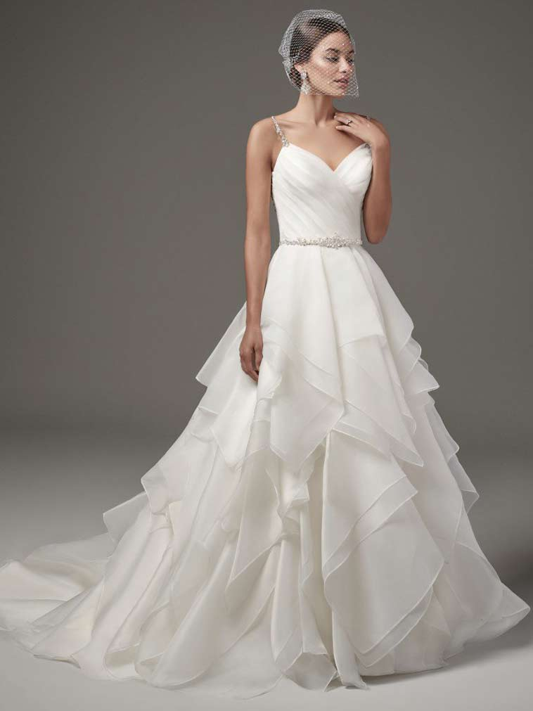 brudekjole med asymmetrisk skørt og tynde stropper