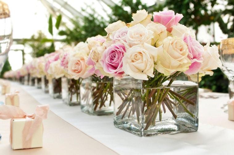 Blomster i firkantede vaser