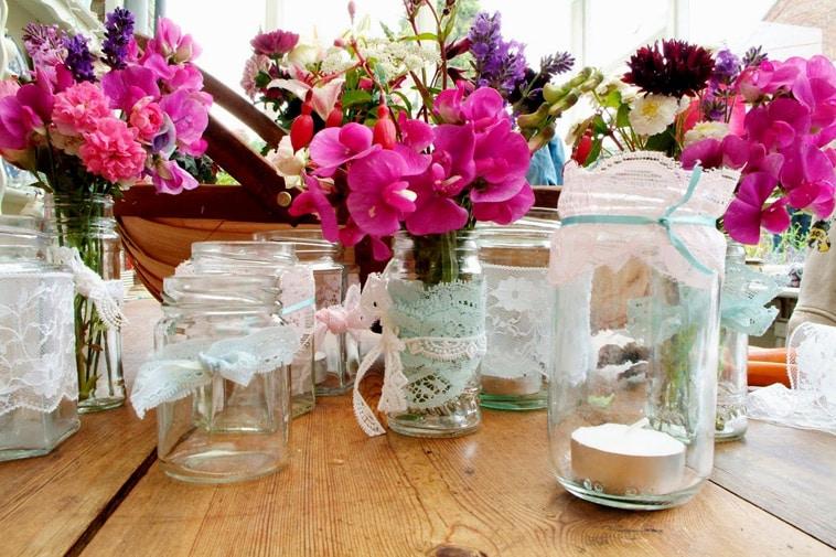 Glas krukker med pink blomster