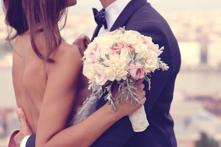brudepar med brudebuket