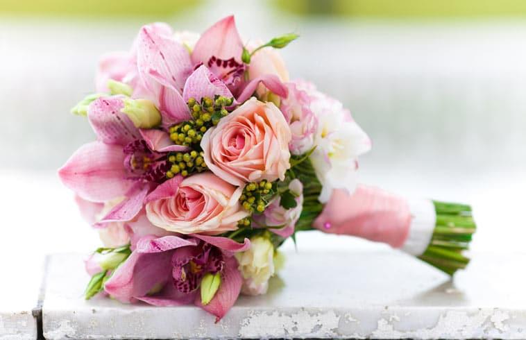 brudebuket i rosa farver