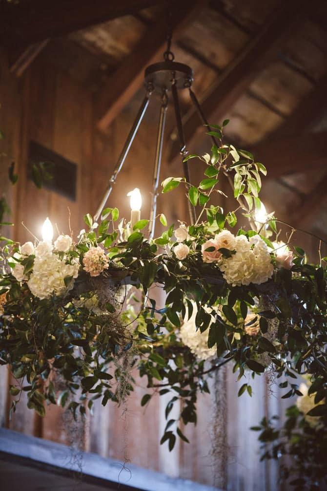 stor blomster ring der hænger fra loft