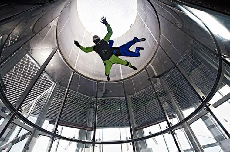 2 personer svæver oppe i vindtunnel