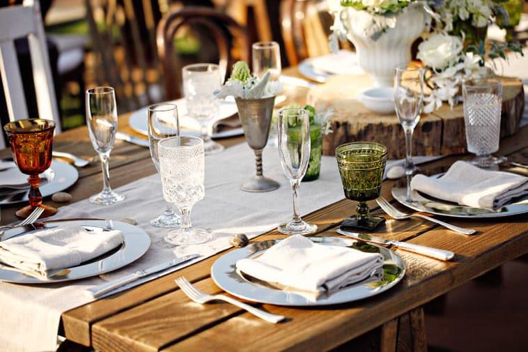 Vintage bord dekoration med forskellige glas