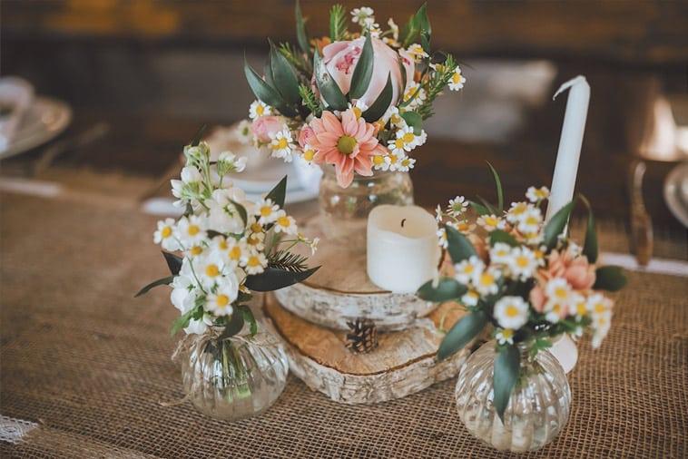 borddækning-med-små-vaser