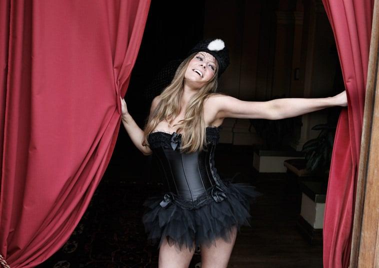 boudoir-billede-kvinde-i-sort-tøj-med-hat