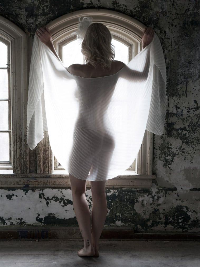 boudoir-billede-nøgen-kvinde-med-tørklæde