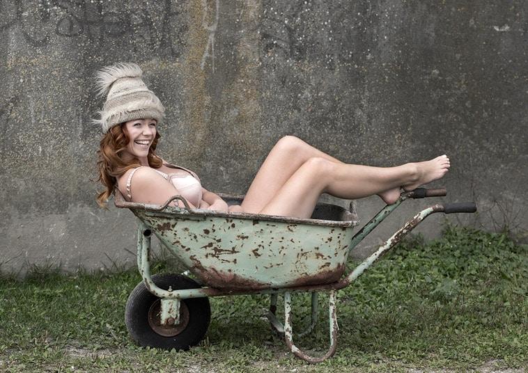 boudoir-billede-pige-i-trillebør