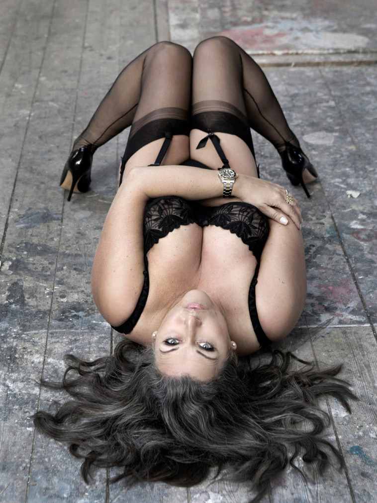 boudoirbillede-kvinde-på-gulv