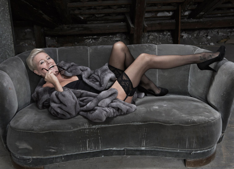 boudoirbillede-moden-kvinde-i-sofa