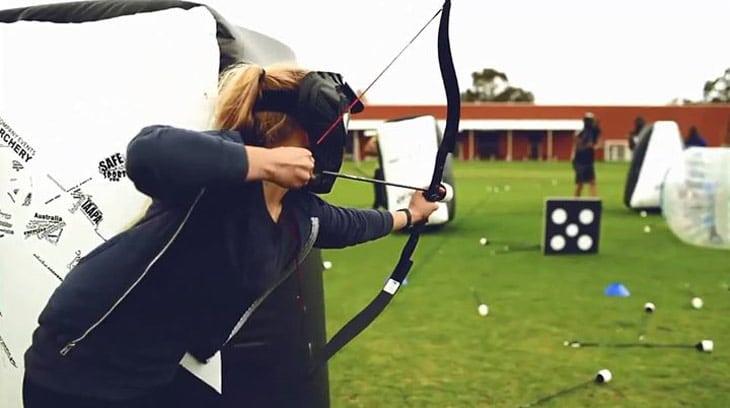 kvinde skyder med bue og skumpil til polterabend