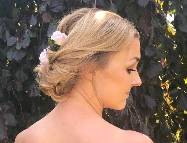 brud-med-blomster-i-hår