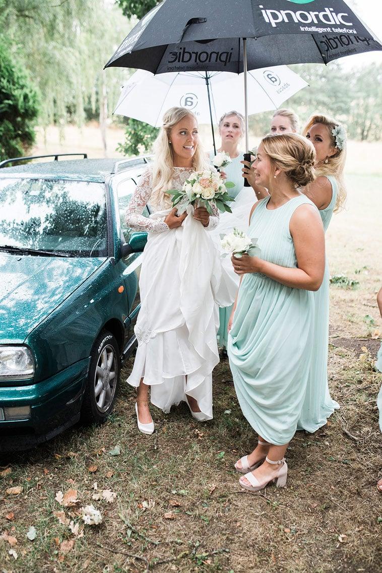 brud og brudepiger med paraply
