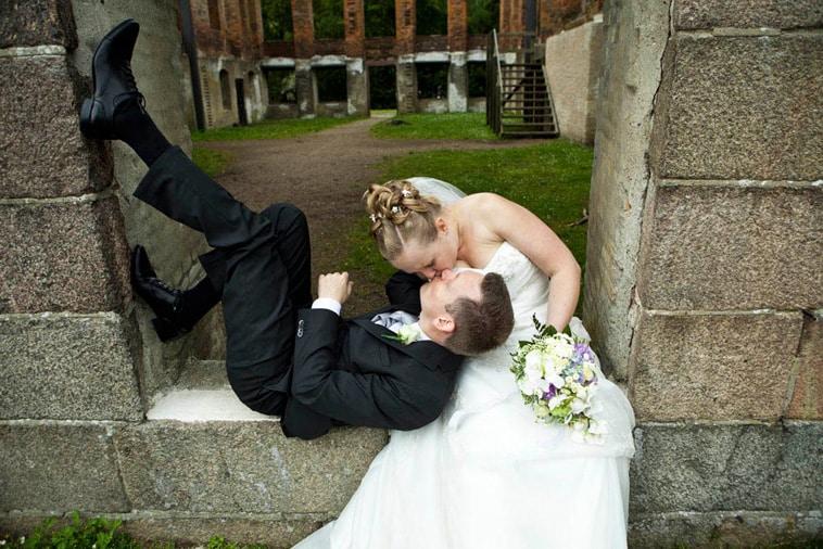 brud-og-gom-kysser