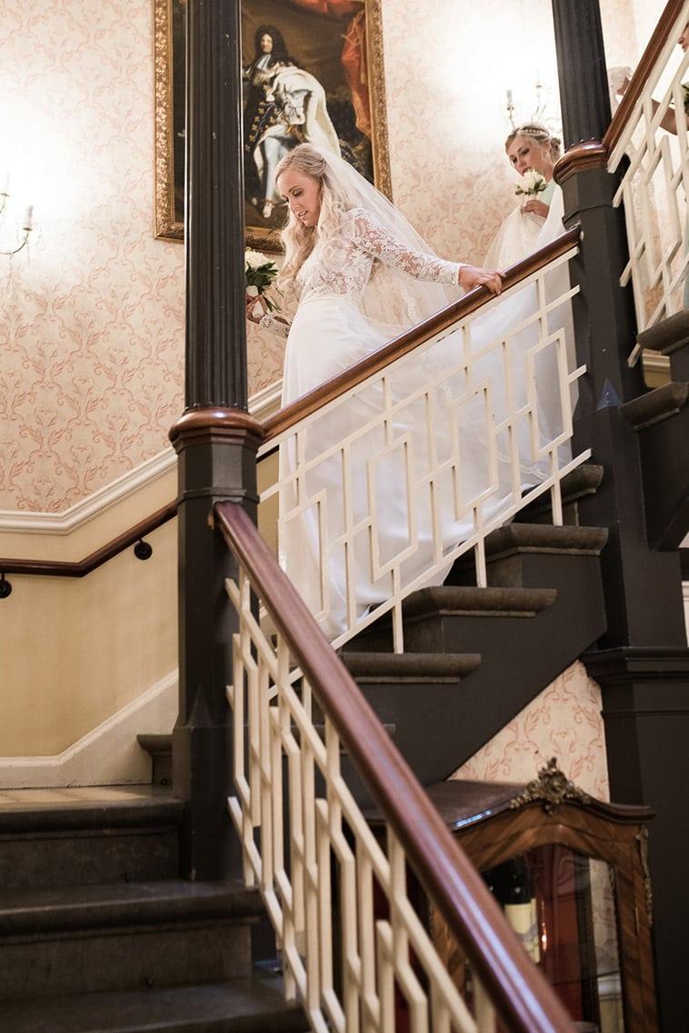 brud på vej ned af trapper