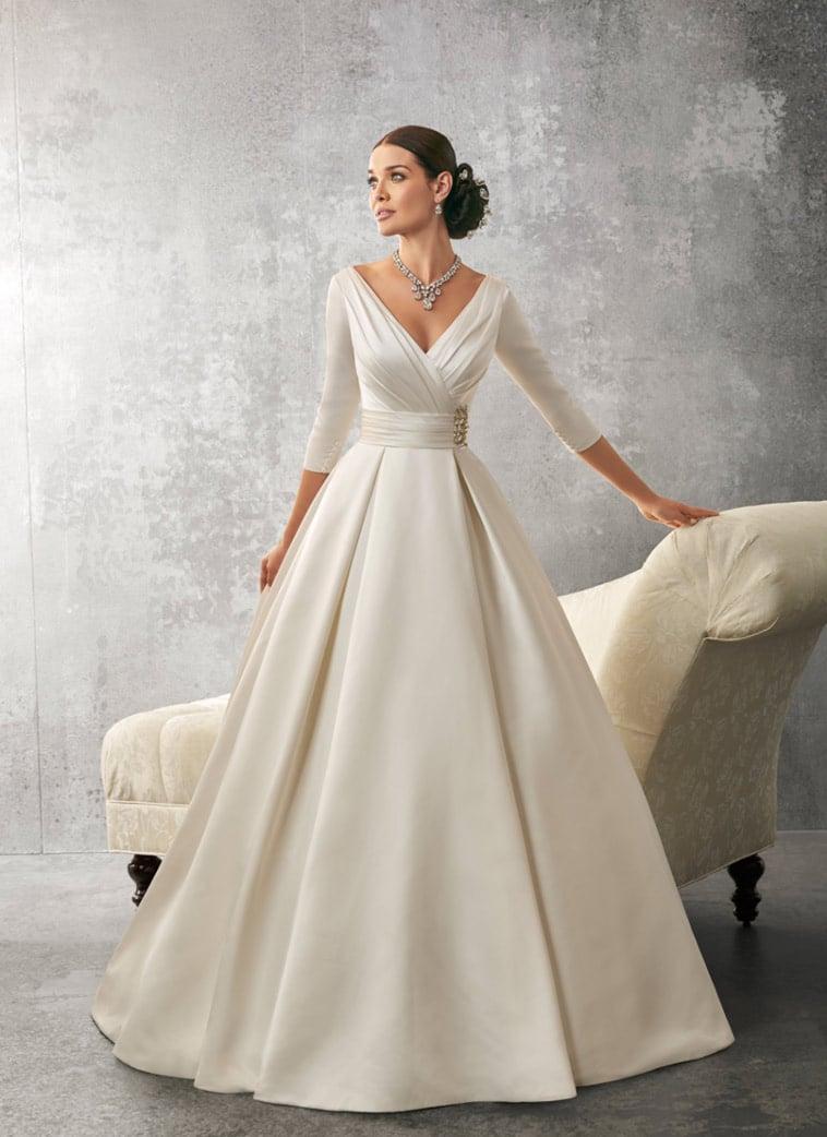 Brudekjole i satin med 3/4 ærmer