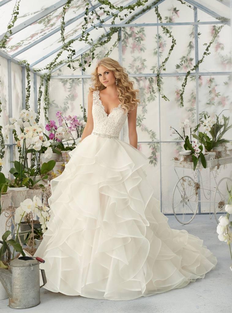 Brudekjole med brusende skørt og dyb udskæring
