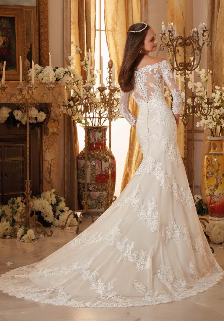 Brudekjole med langt slæb, blonder og lange ærmer