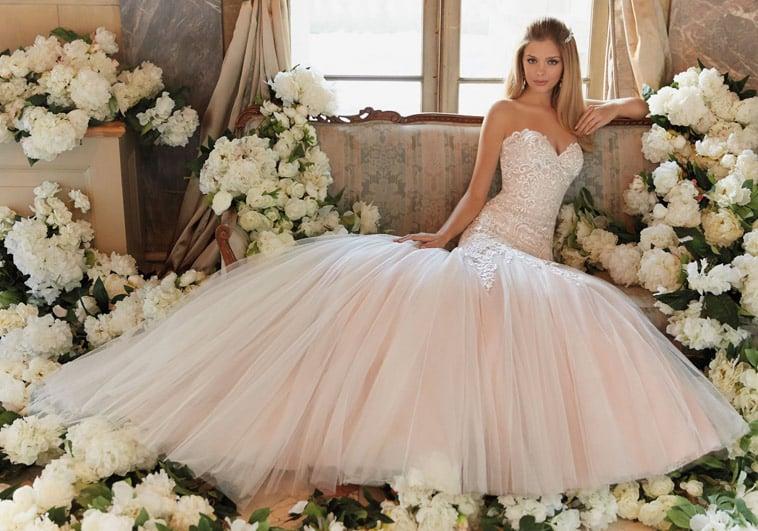 Brudekjole med stort skørt i blush farve