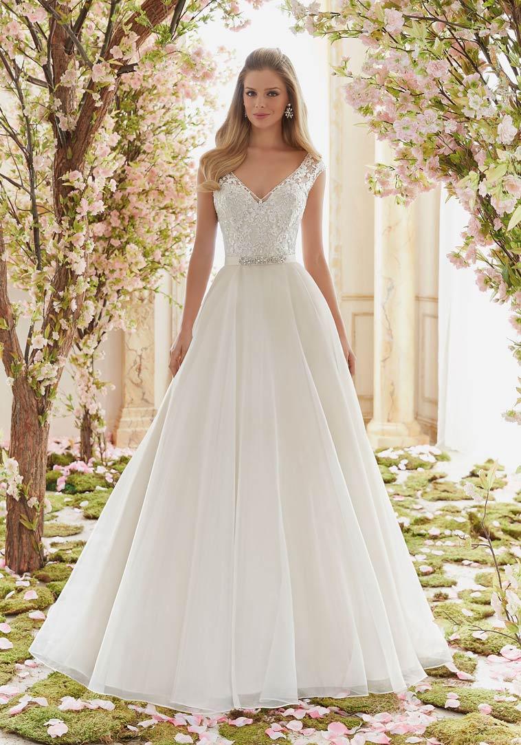 Brudekjole med blonde corsage og bælte