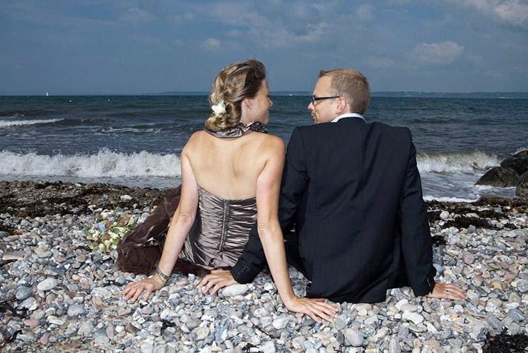 brudepar-på-strand