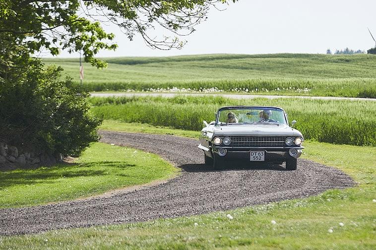 brudepar-ankommer-i-bil