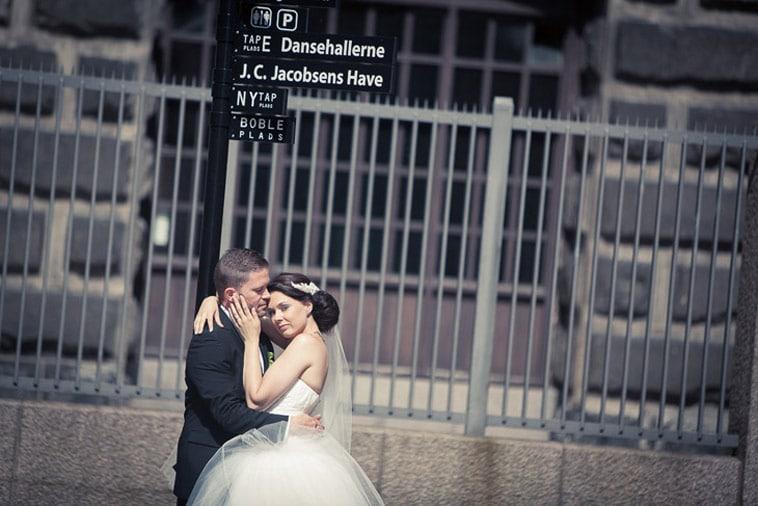 brudepar-foran-hegn
