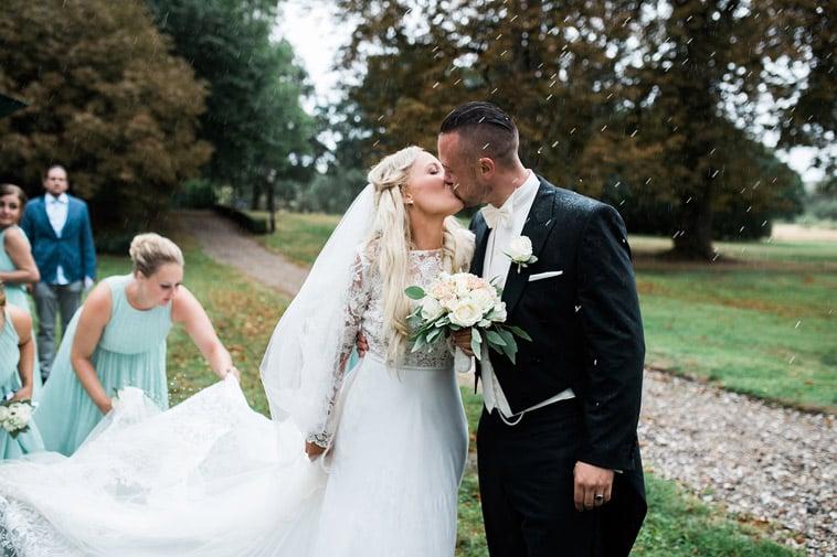 brudepar kysser