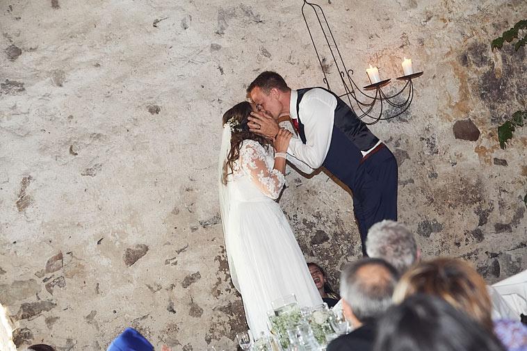 brudepar-kysser-på-stol