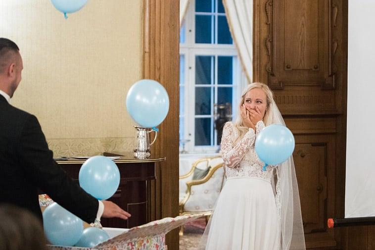 blå balloner kommer ud af gave