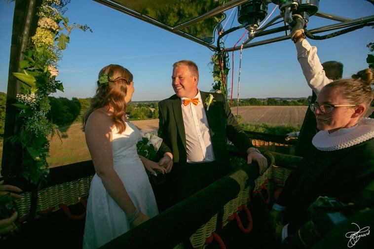 brudepar-med-præst-i-varmluftballon