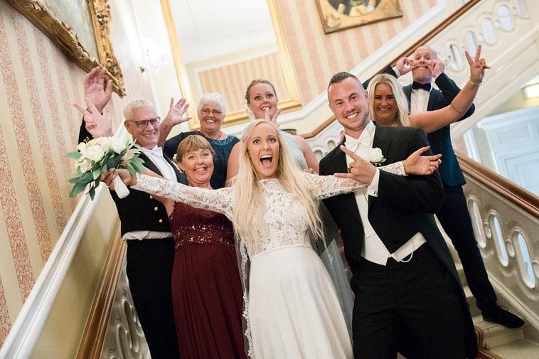 brudepar og familie laver sjove ansigter