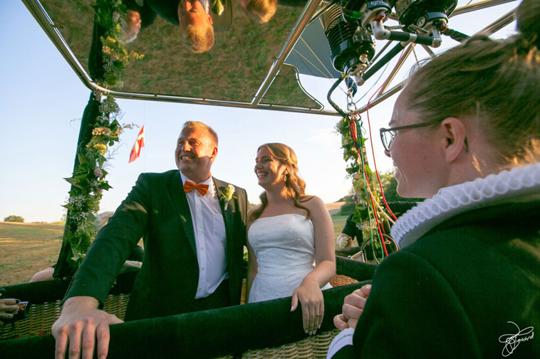brudepar-og-præst-i-luftballon