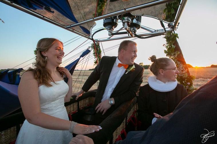 brudepar-og-præst-i-varmluftballon