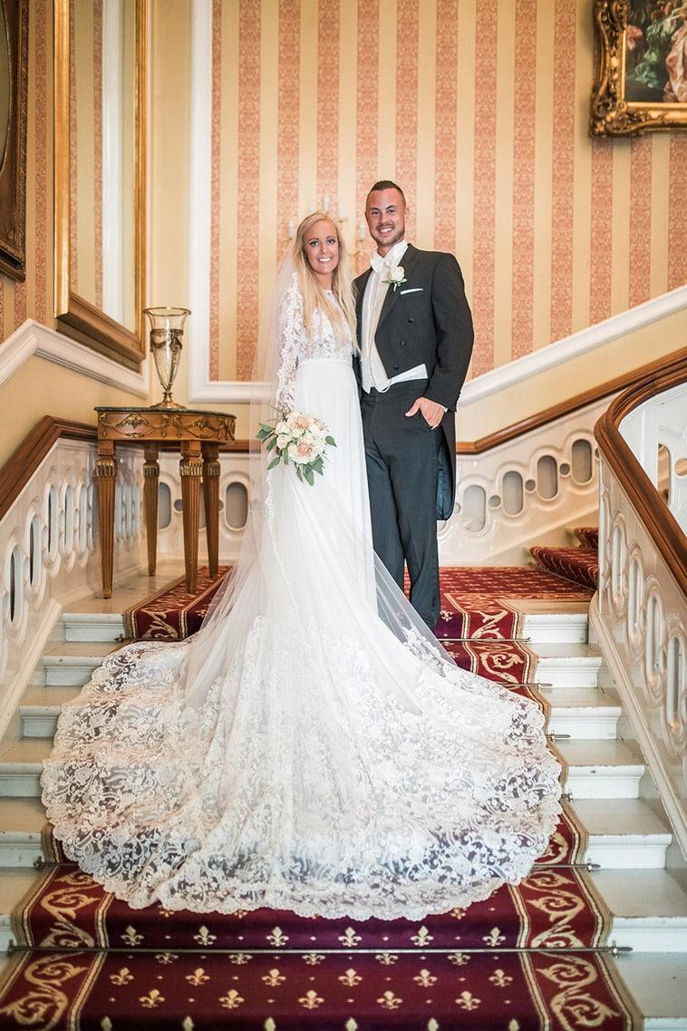 brudepar på trappe