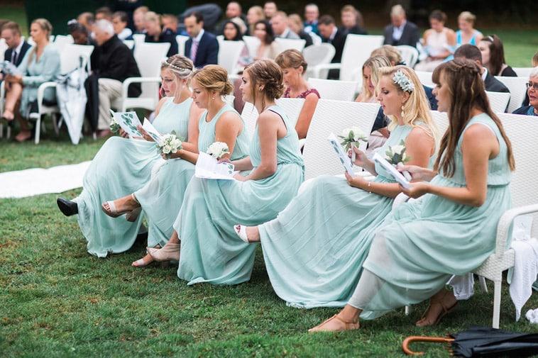 brudepiger synger til vielse