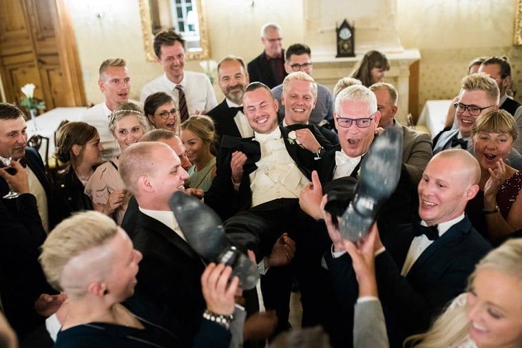 brudgom løftes af mandlige gæster