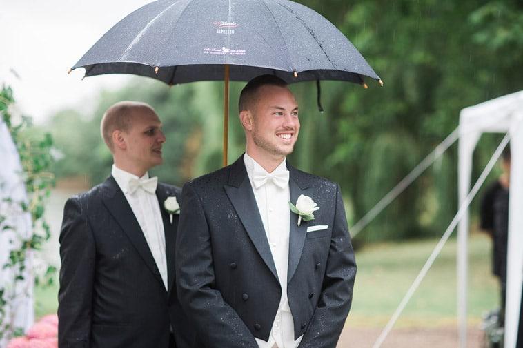 brudgom venter med paraply