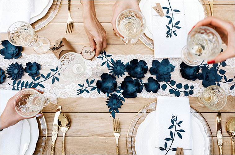 bordpynt med blå detaljer