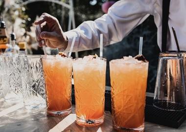 Bartender serverer orange drinks