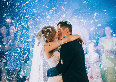 Brudepar der kysser midt i festen