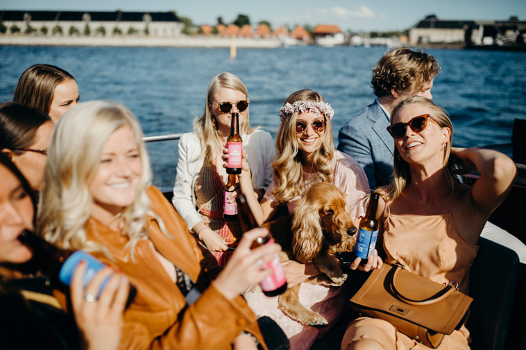 bryllupsgæster i båd drikker øl