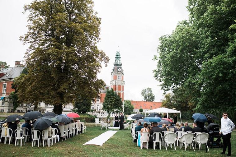 bryllupsgæster venter udendørs
