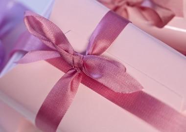 Gave med pink silkebånd
