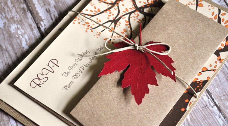 bryllupsinvitation med efterårsfarver og blade