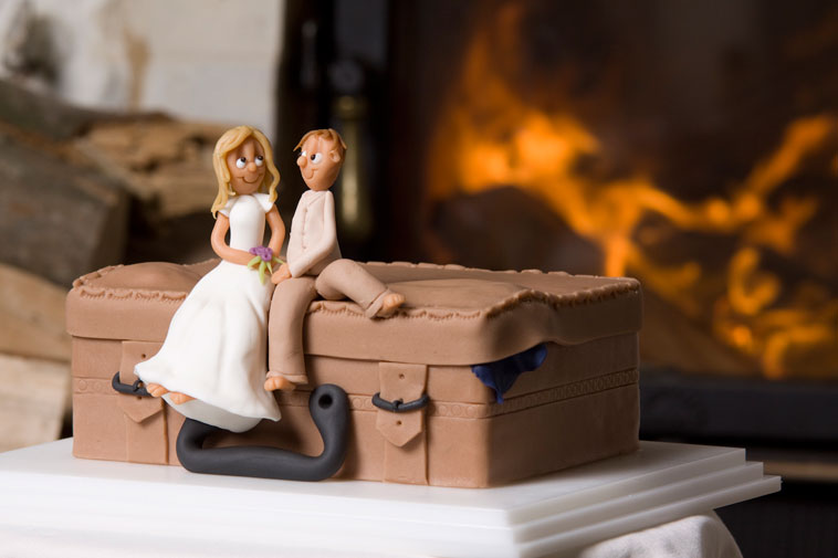 bryllupskage topfigur udformet som kuffert og rejsende par